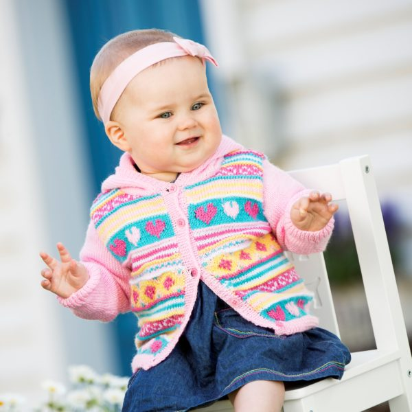 Stickmönster 901-1848 garn Baby Svarta Fåret. Stickad babykofta.