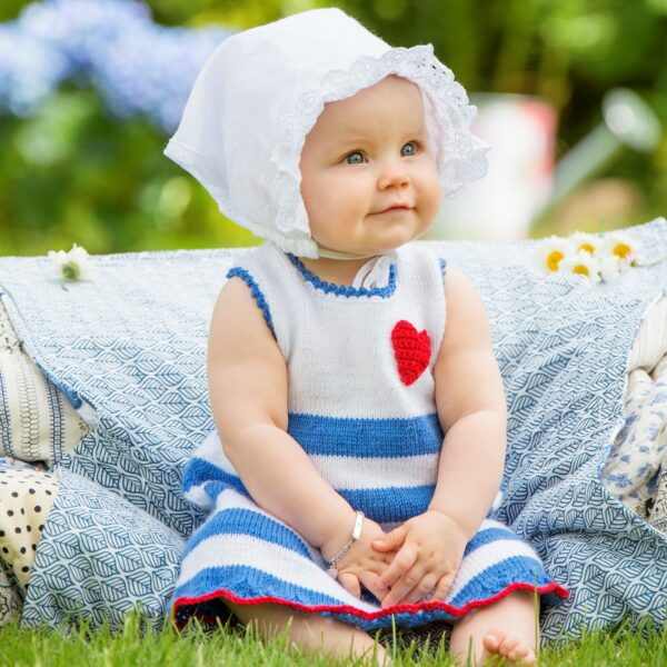 901_1849_svarta-fåret_stickad_baby_klänning_bild_gicona_01