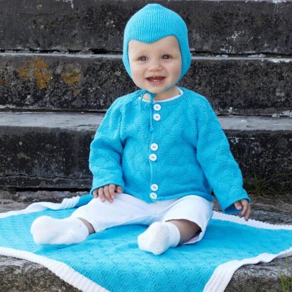 901_2187_svarta_fåret_lisa_stickad_baby_kofta_filt_hjälm_tossor_gicona_01