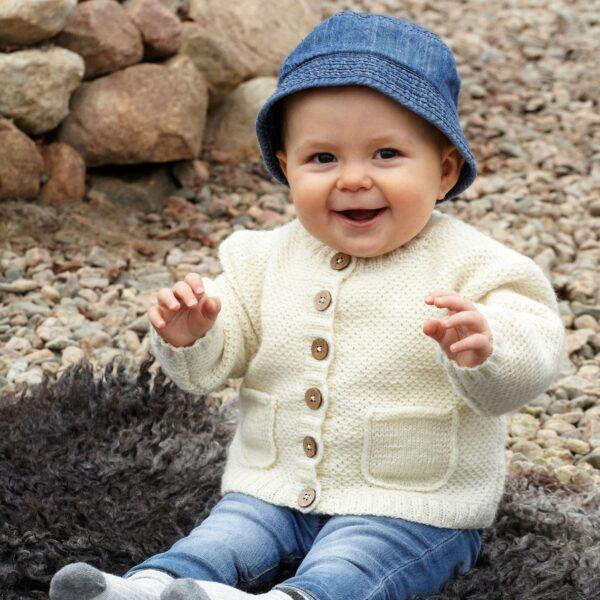 901_2233_svarta_fåret_baby_merino_stickad_baby_barn_kofta_gicona_01