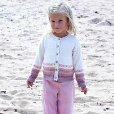 Stickad barnkofta 2530 garn Tilda Svarta Fåret