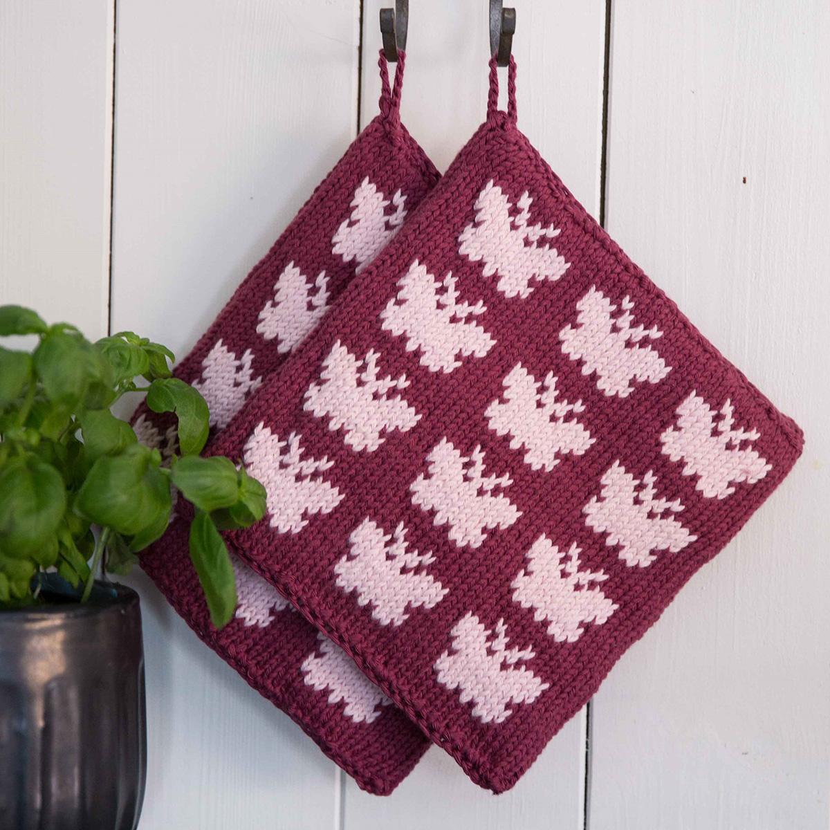 Viking Garn knit patterns 1421-16. Garn Vår. Stickad grytlapp med fjärilar.